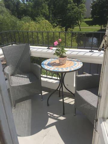 Charmig lägenhet med egen balkong och utsikt