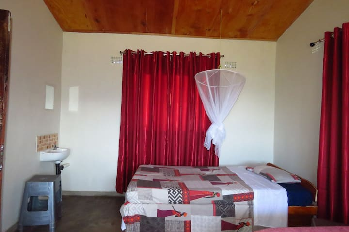 Lakeview Cottage: Bedroom 1 with 3 x single beds with shared shower + toilet, kitchen and veranda.