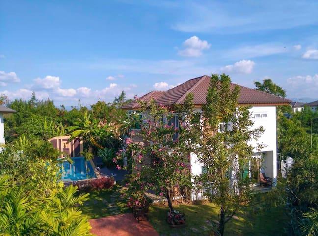 Chiangmai CC house. 泳池花园别墅,接送机,保姆打扫。
