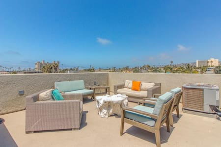 Dog-friendly home - three blocks from beach w/ boogie board, bikes, & roof deck
