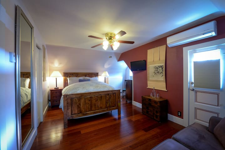 Huron Room - Briar Rose Bed and Breakfast