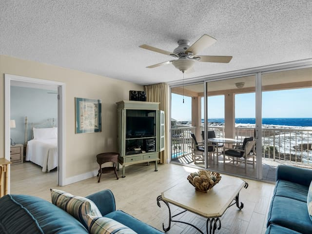 4th Floor Comfortable bay view Condo, Beach setup & bicycles included