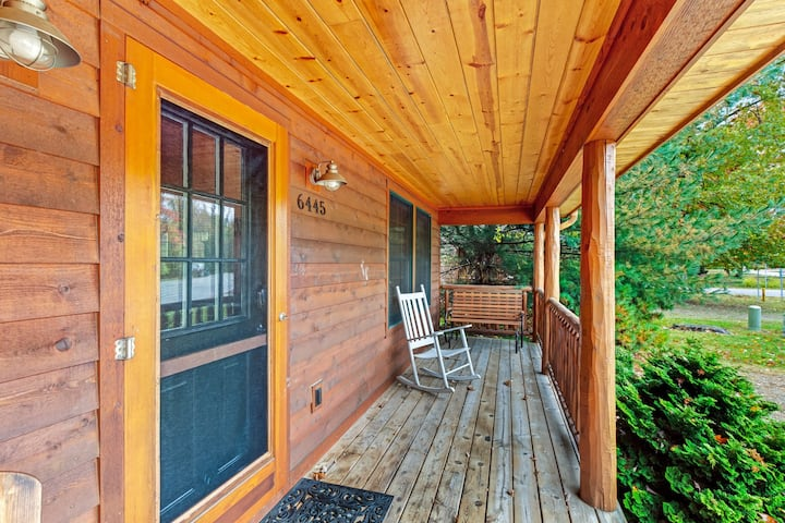 Spacious cabin with hot tub, screened porch & nearby lake access!