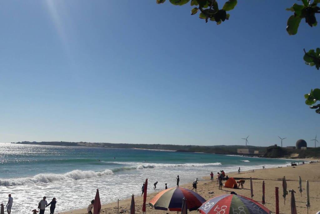 雖然房間看不到海~  但過馬路就是超棒的海灘再等您喔~