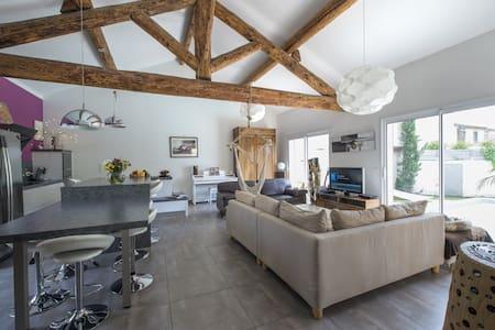 Chambre dans maison  pierres et poutres apparentes - Saint-Laurent-d'Aigouze - Casa