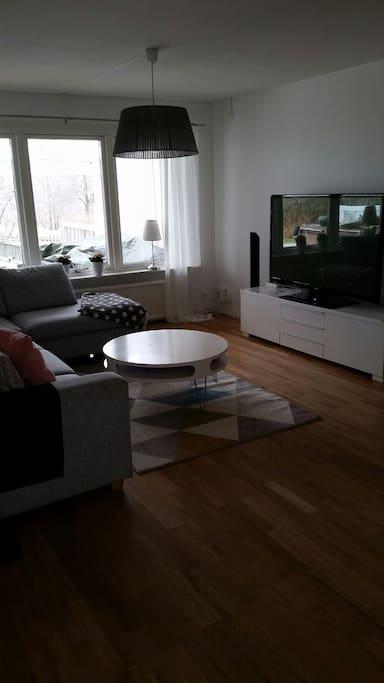 Stor soffa med 32 tum tv och hemmabio system