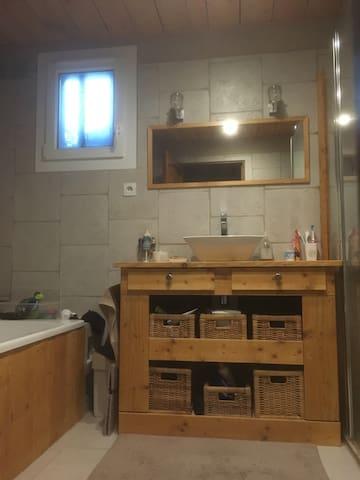 Accès à notre salle de bain avec douche et baignoire