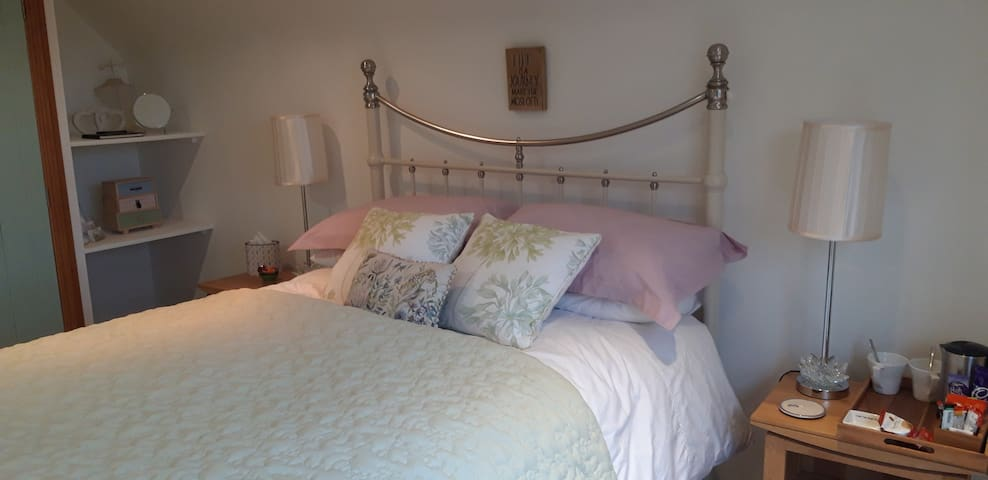 Light, spacious  Room  B & B  near Southwell