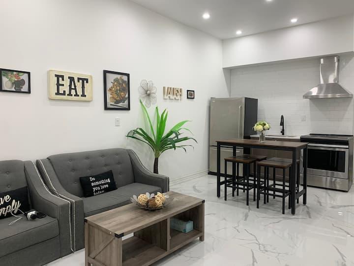 Stylish & cozy 6 bds apartment @ ❤️of Niagara Fall