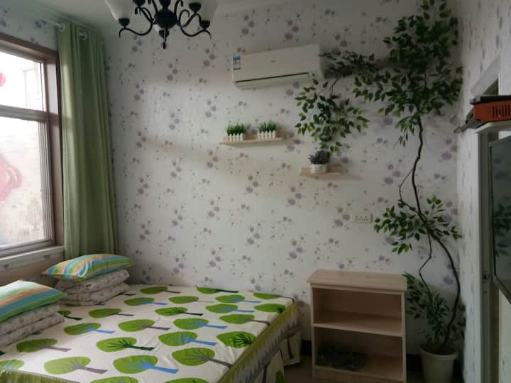 一个位于山东烟台长岛县依山傍海的小房间