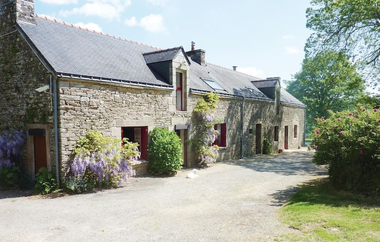 Holiday cottage with 4 bedrooms on 200 m² in Camors