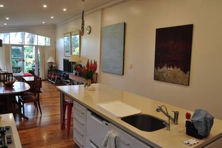 Charming & Convenient: Eastern Beaches B&B - Red - Waverley - Haus