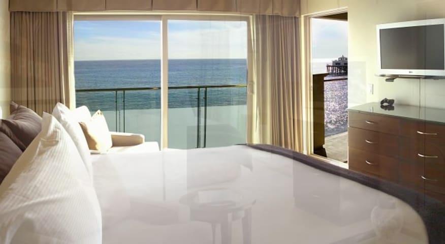 Queen BEACHFRONT Room at Malibu Beach Inn