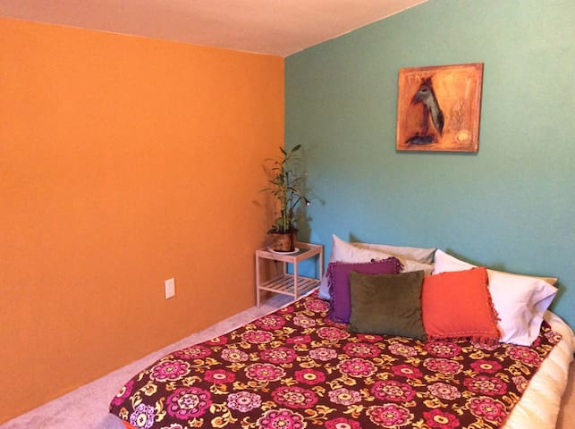 Comfy & colorful room in the heart of Madrid