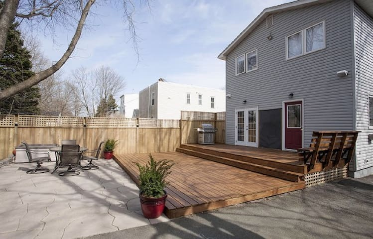 ☆ Breakfast/Parking ☆ Sunny deck ☆ Prime location