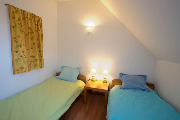 Petite chambre - deux lits simples 90x190cm - placard de rangement