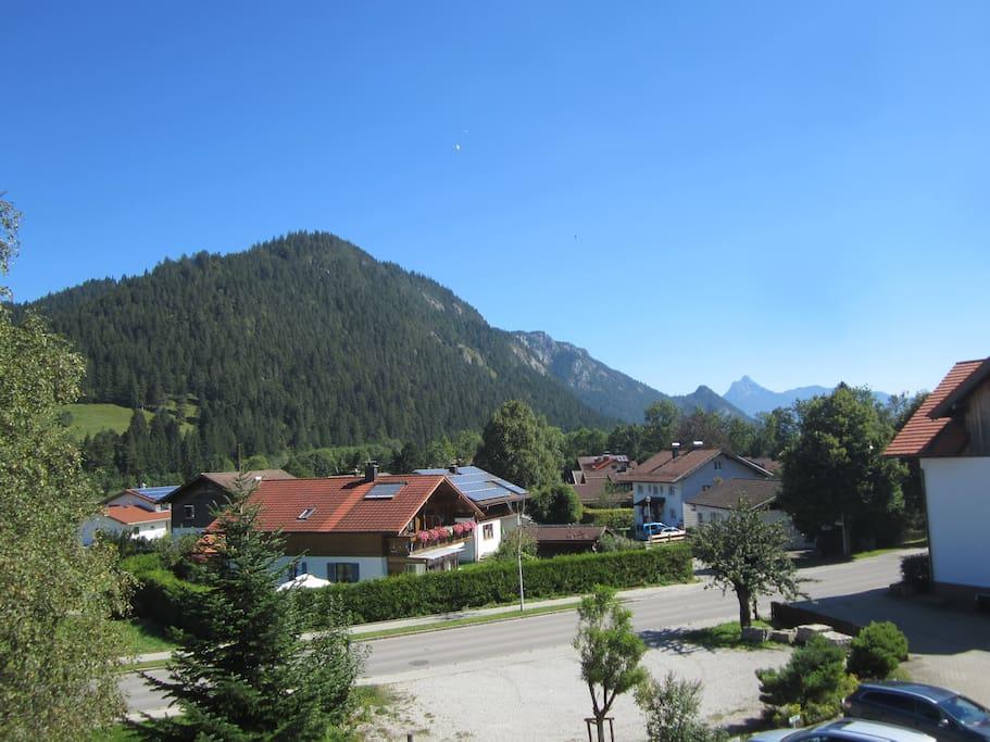 Der Blick von der Terrasse auf den Falkenstein