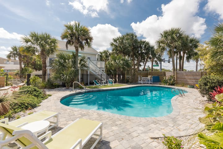 Heated Pool. Walk to Beach. Close to Historic Town