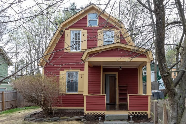 Woodstock Cottage In Town with large yard for pets