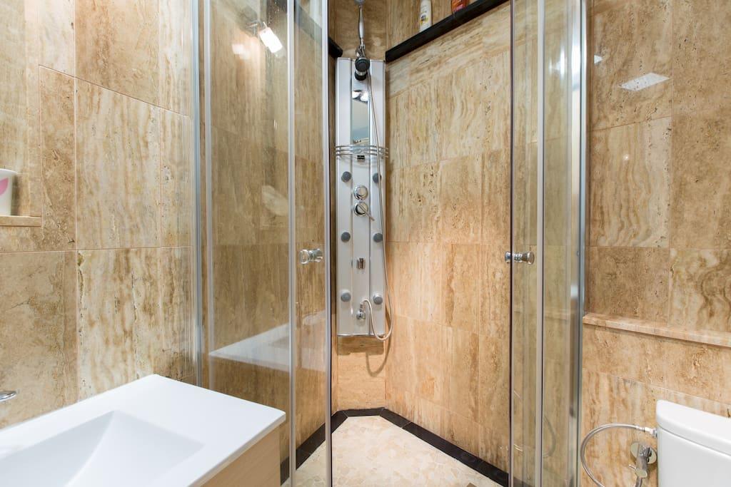 Baño con ducha de hidromasaje , todo de mármol