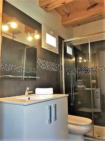 Bagno privato della stanza, vi si accede dall'interno stesso della stanza, si puo chiudere a chiave, dentro c'è un phon, prodotti per la doccia, asciugamani