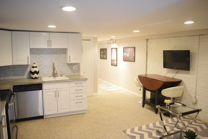 Two Bedroom Modern Apt in the Heart of DC