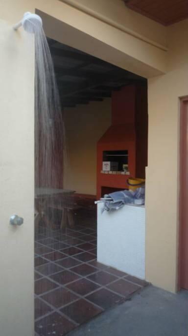 Área anexa da casa, com banheiro, churrasqueira