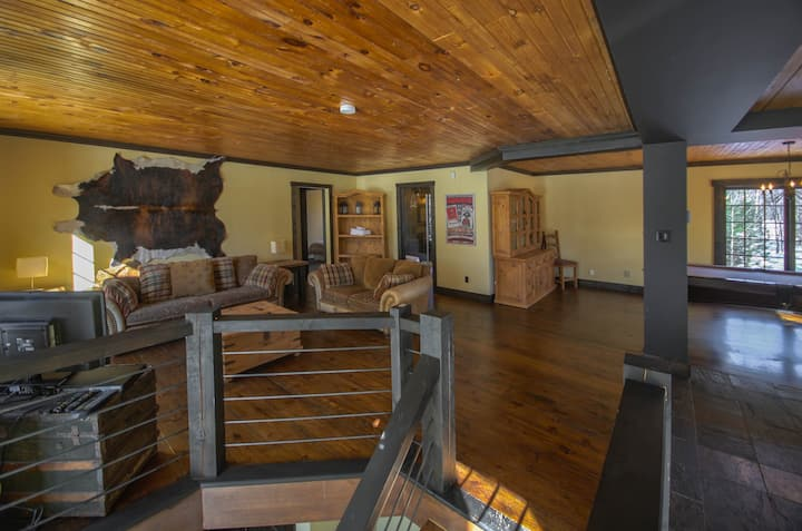 Grand lake front loft with hot tub and pool table