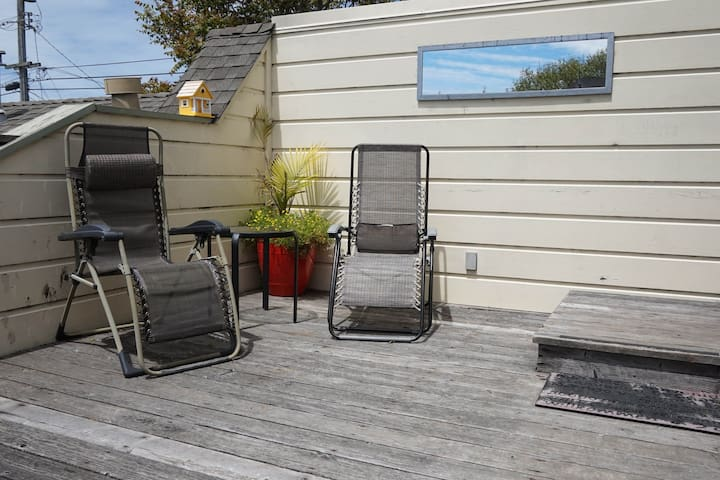 Dog-friendly, downtown loft w/ a deck & enclosed yard - bikes available!