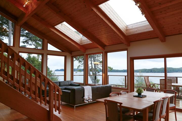 Pacific Retreat: stunning ocean view with hot tub
