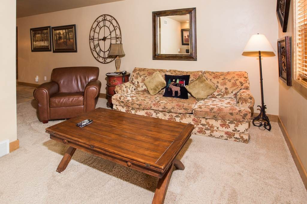 Couch,Furniture,Bench,Mirror,Cushion