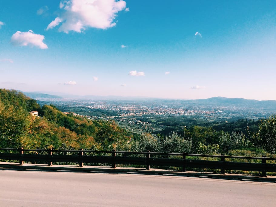 That's the view from the village's entrance. You can spot Pistoia,Prato and Florence from here ~ Questa è la vista all'ingresso del borgo