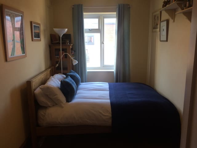 Small double in my quirky home - Cheltenham - Casa