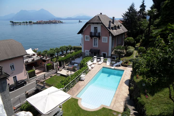 Villa with pool, facing the lake, in a unique location with beautiful views
