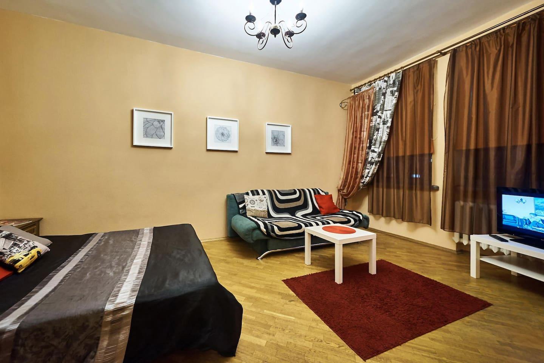 В комнате находится 2-спальная кровать и большой раскладывающийся диван на двоих