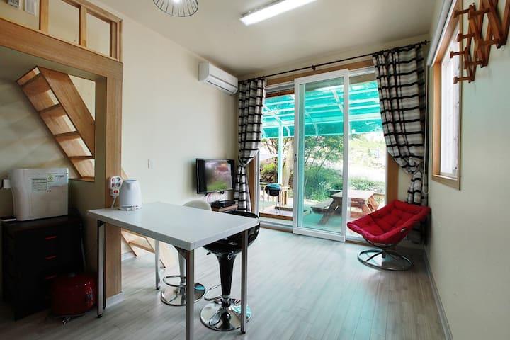 가평에 위치한 큰 창가와 계곡을 배경으로 탁 트인 전망의 모던한 레드룸