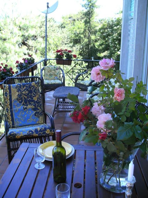 Terrasse mit Tisch Gartenstühle Liegestühle Sonnenschirm