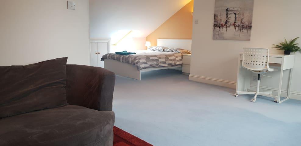 Lovely Loft Room + Ensuite + TV + Free Parking