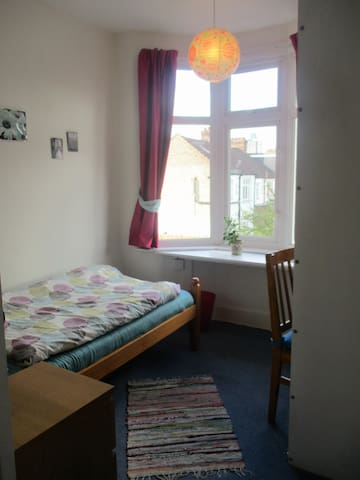 Peaceful room within 35min to the city centre - Londres - Casa
