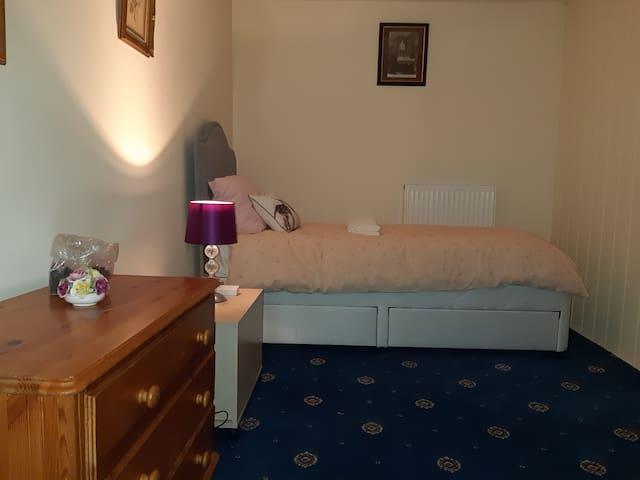 COSY ATTIC ROOM AVAILABLE IN CENTER OF BARROW