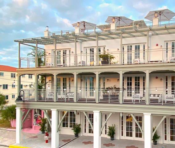 303B Studio-Balcony Overlooks Gulf, Bay, Main St