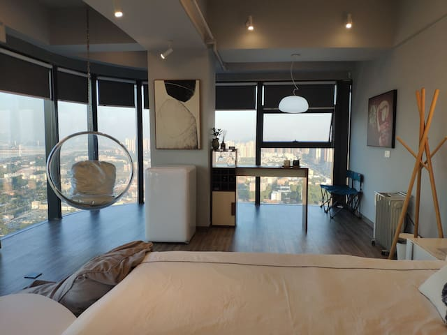【帅杰的空中乌托邦】民宿公寓 1号房 城市中心、260度环绕落地窗、太空椅、自由浴缸、智能家居
