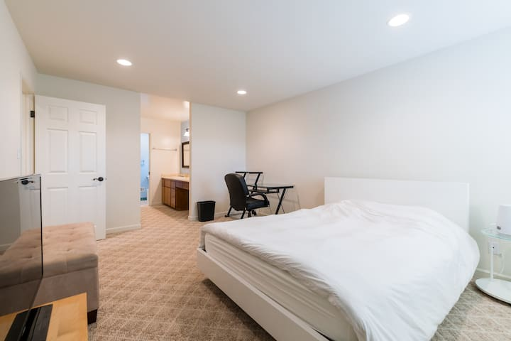 Huge Bedroom w/BA available for rent in Sunnyvale