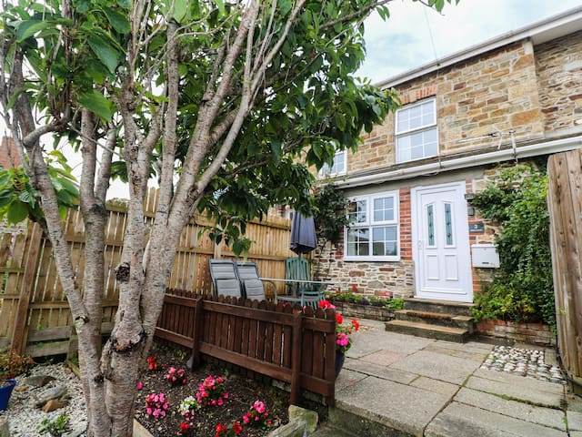 ALMA HOUSE 2, pet friendly, with a garden in Perranporth, Ref 959920