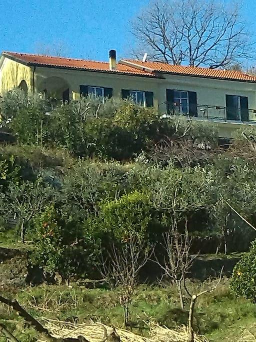 La casa vista dal terreno sottostante