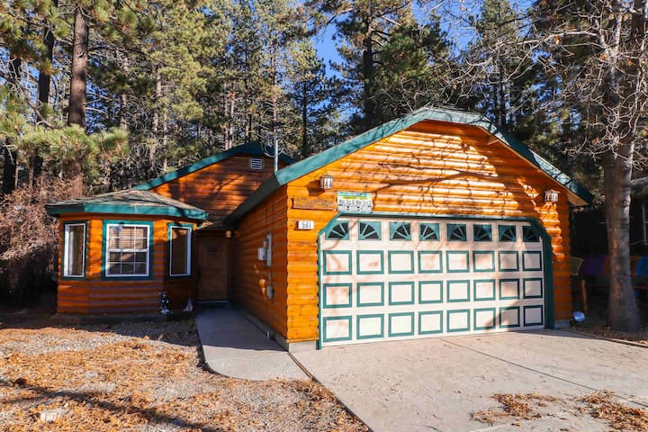 Comfy Cabin: Walk to Snow Summit Resort! Hot Tub!