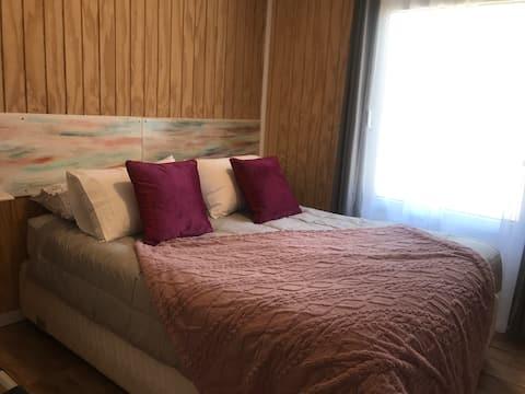 2-Zimmer-Wohnung mit Doppelbett.