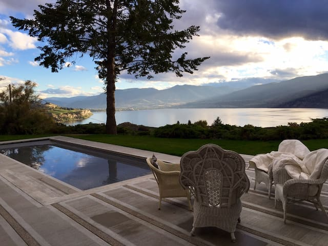 Contemporary Coach House for romantic getaway - Penticton - เกสต์เฮาส์