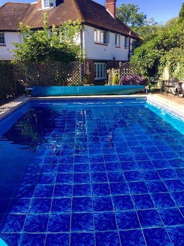 Exceptional Surrey home 5 mins Gatwick