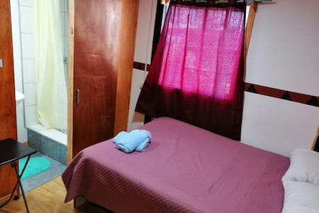 habitación con cama matrimonial con baño privado